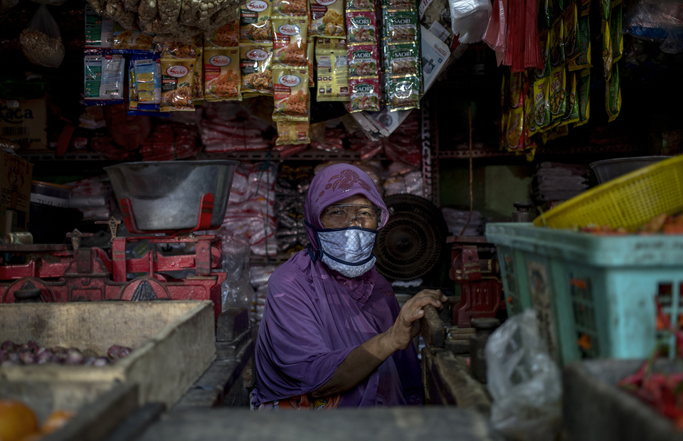 A trader in Pluis traditional market wearing google and mask after get PCR test. (JG Photo/Yudha Baskoro)