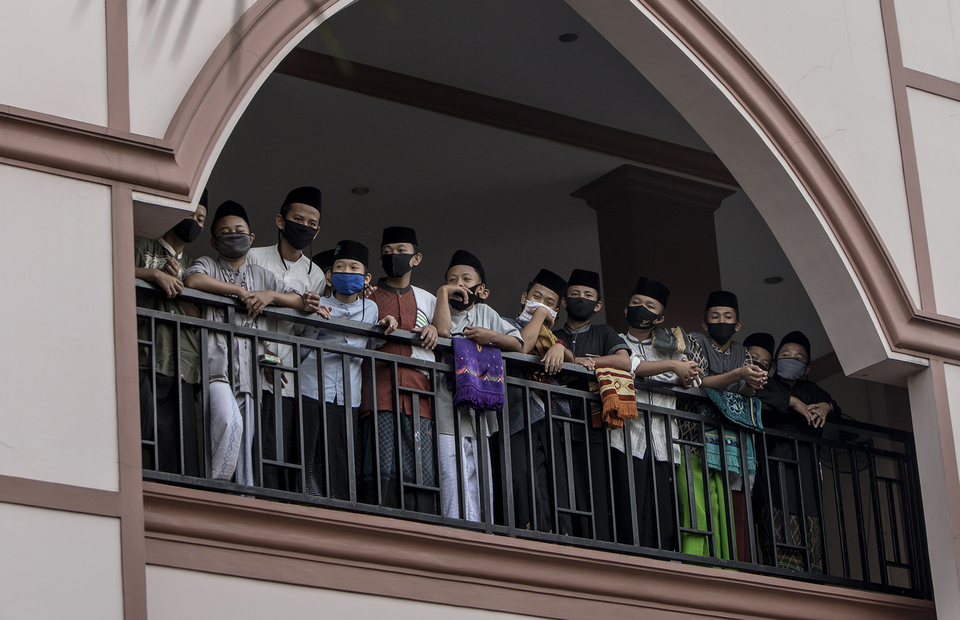 Santris stand in a balcony of the mosque in in An Nuqthah Islamic Boarding School in Tangerang, Banten on Thursday (18/06). (JG Photo/Yudha Baskoro)