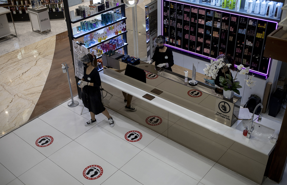 Physical distancing sign at Alfons Haircode salon inside Lotte Shopping Avenue in South Jakarta on Friday (19/06). (JG Photo/Yudha Baskoro)