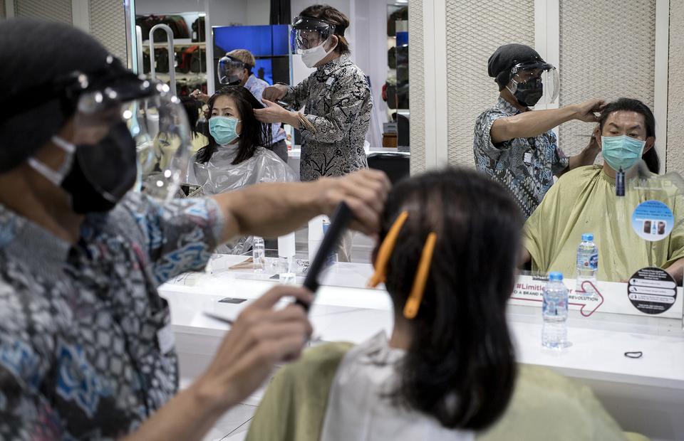 The salon limits the visitors up to 50 percent per day at Alfons Haircode salon inside Lotte Shopping Avenue in South Jakarta on Friday (19/06). (JG Photo/Yudha Baskoro)