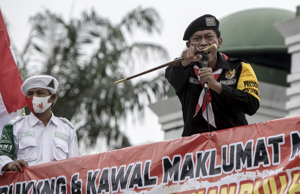 A man makes impassioned speech during protest in front of national legislative complex in Senayan, Central Jakarta, on Wednesday (24/06). (JG Photo/Yudha Baskoro)