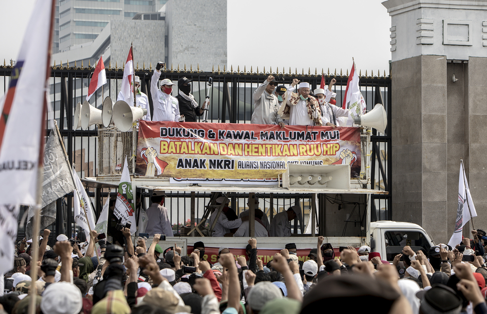 Protesters park a command car in front of national legislative complex in Senayan, Central Jakarta, on Wednesday (24/06). (JG Photo/Yudha Baskoro)