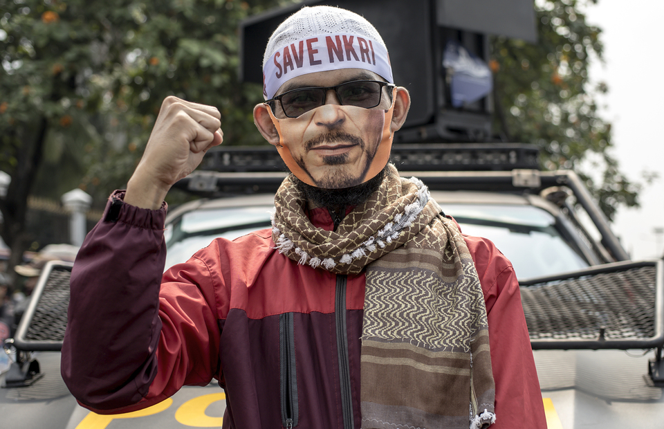 A protesters wearing headband written save nkri during protest in front of national legislative complex in Senayan, Central Jakarta, on Wednesday (24/06). (JG Photo/Yudha Baskoro)