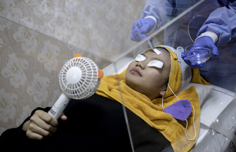A patients enjoying the treatment inside an acrylic box at Emerald Health and Beauty clinic in Menteng, Central Jakarta on Tuesday (23/06). (JG Photo/Yudha Baskoro)