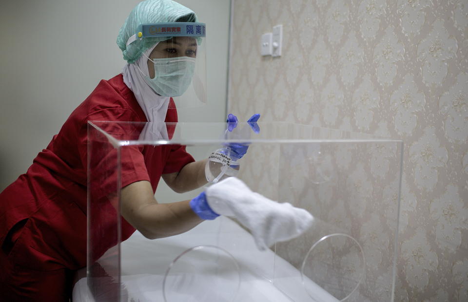 Beautician cleans the acrylic box at Emerald Health and Beauty clinic in Menteng, Central Jakarta on Tuesday (23/06). (JG Photo/Yudha Baskoro)