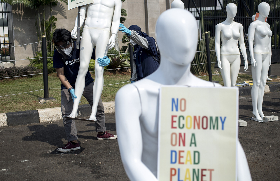 A mannequin carries a placard that said no economy on a dead planet during protest in front of House of Representative building at Central Jakarta on Monday (29/06). (JG Photo/Yudha Baskoro)