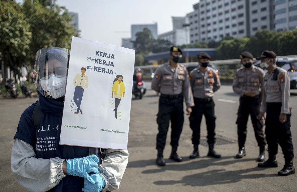 An activist demanding fair work condition during protest in front of House of Representative building at Central Jakarta on Monday (29/06). (JG Photo/Yudha Baskoro)