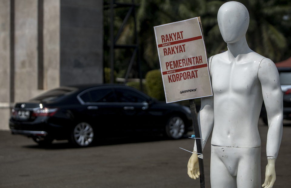 Goverment is not a coorporation said the placard during protest in front of House of Representative building at Central Jakarta on Monday (29/06). (JG Photo/Yudha Baskoro)