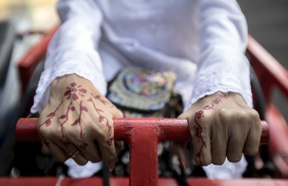The bride shows her henna art during pre wedding photoshot in front of  Office of Religion Affairs in Cilandak, South Jakarta on Tuesday (01/07). (JG Photo/Yudha Baskoro)