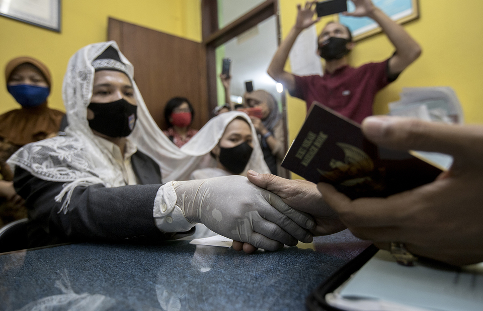 The groom wearing protective glove as he said the wedding vow during wedding ceremony in Office of Religion Affairs in Cilandak, South Jakarta on Tuesday (01/07). (JG Photo/Yudha Baskoro)
