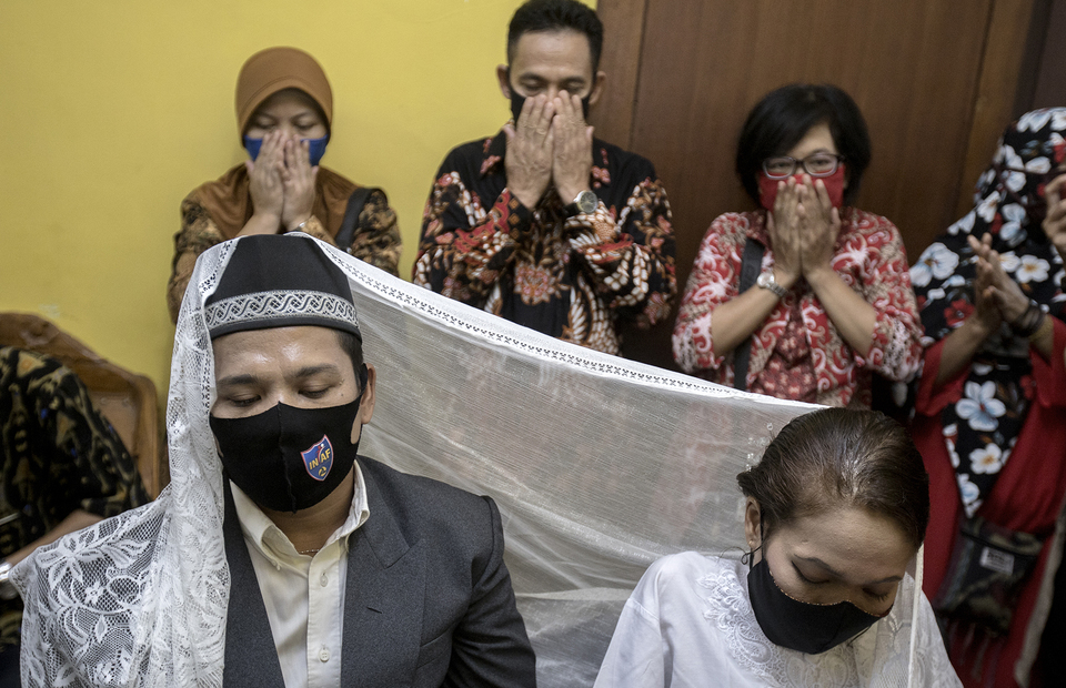 Wedding guests pray for the newlywed in Office of Religion Affairs in Cilandak, South Jakarta on Tuesday (01/07). (JG Photo/Yudha Baskoro)