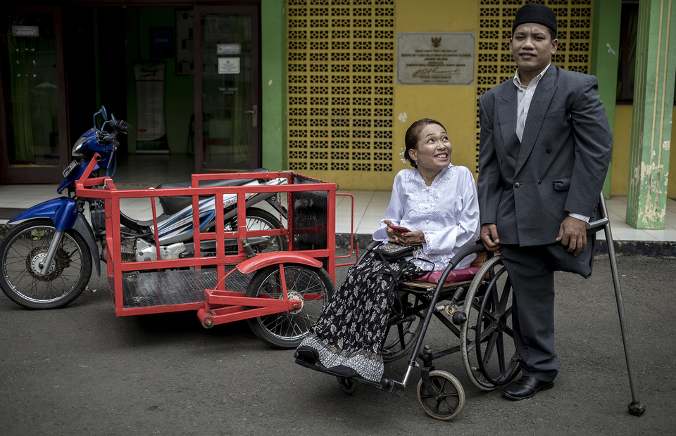 Anwar and Warni pose for pre-wedding photoshot in front of the Office of Religion Affairs in Cilandak, South Jakarta on Tuesday (01/07). (JG Photo/Yudha Baskoro)