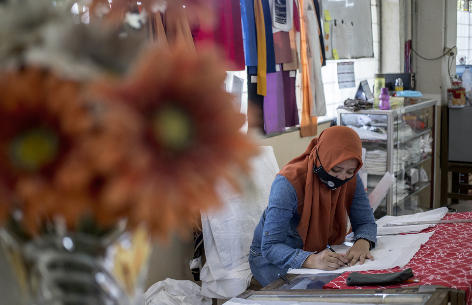 A batik artisan draws a motif on a paper at Rusun Marunda, North Jakarta on Wednesday (01/07). (JG Photo/Yudha Baskoro)