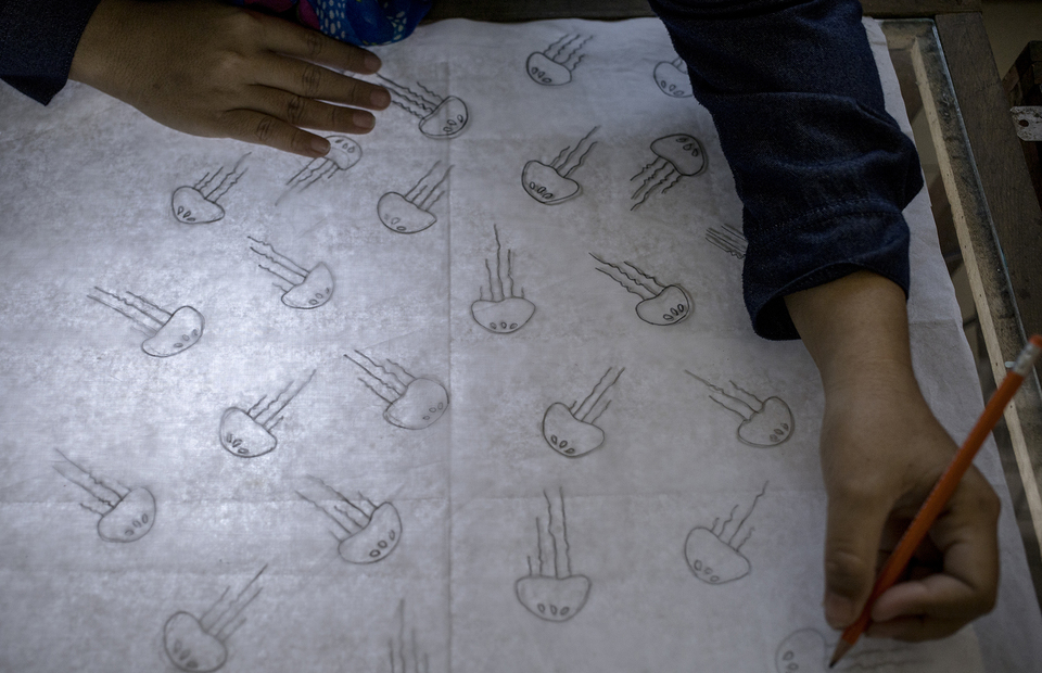 A batik artisan draws the jelly fish motif on a paper at Rusun Marunda, North Jakarta on Wednesday (01/07). (JG Photo/Yudha Baskoro)