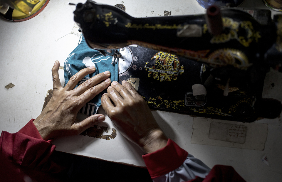 A batik artisan sews a mask at Rusun Marunda, North Jakarta on Wednesday (01/07). (JG Photo/Yudha Baskoro)