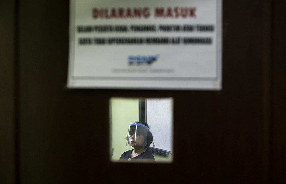 A teacher wearing face shield is seen during university entrance test at State Senior High School 3 Jakarta in South Jakarta on (08/07). (JG Photo/Yudha Baskoro)