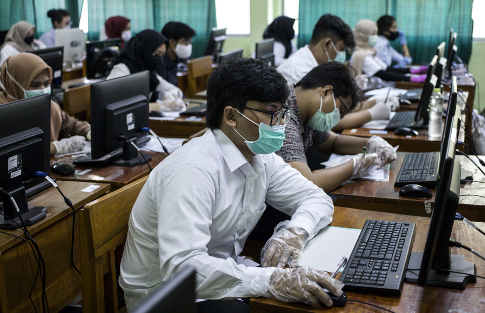 Students wearing mask and plastic gloves during university entrance test at State Senior High School 3 Jakarta in South Jakarta on (08/07). (JG Photo/Yudha Baskoro)