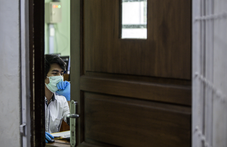 A student is seen wearing gloves for health worker during university entrance test at State Senior High School 3 Jakarta in South Jakarta on (08/07). (JG Photo/Yudha Baskoro)