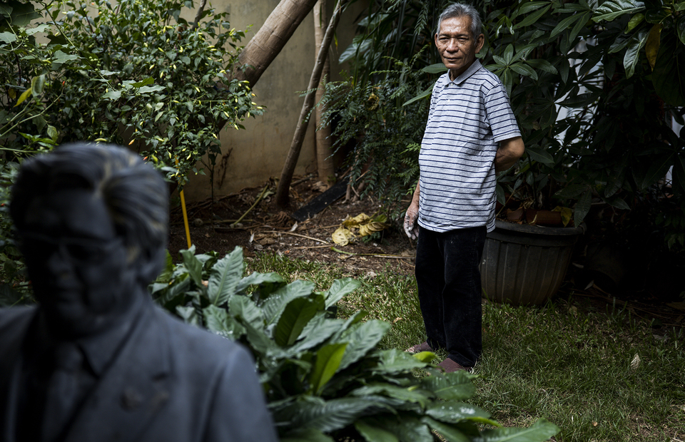 Azmir Azhari stands in his front yard at his home in Kebon Jeruk, West Jakarta on Friday (10/07). (JG Photo/Yudha Baskoro)