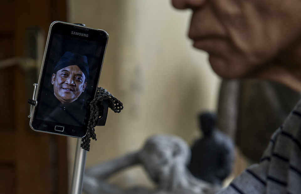 A picture of Didi Kempot on the phone, as Azmir uses it to make a scale model of Didi Kempot statue at his home in Kebon Jeruk, West Jakarta on Friday (10/07). (JG Photo/Yudha Baskoro)