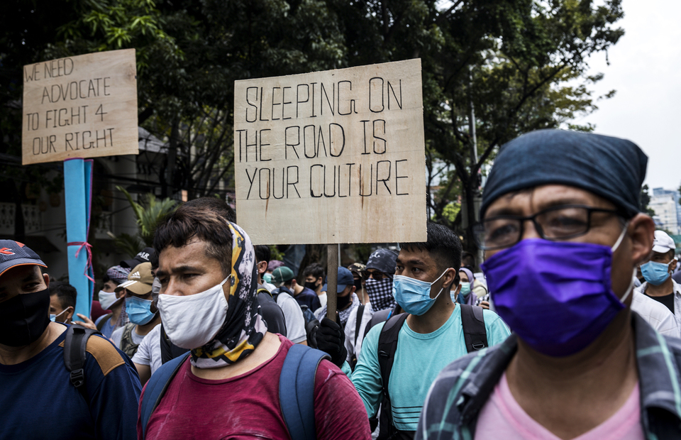 Refugees and asylum seekers wearing face mask as they protest in front of UNHCR office building in Kebon Sirih, Central Jakarta on Monday (13/07). (JG Photo/Yudha Baskoro)