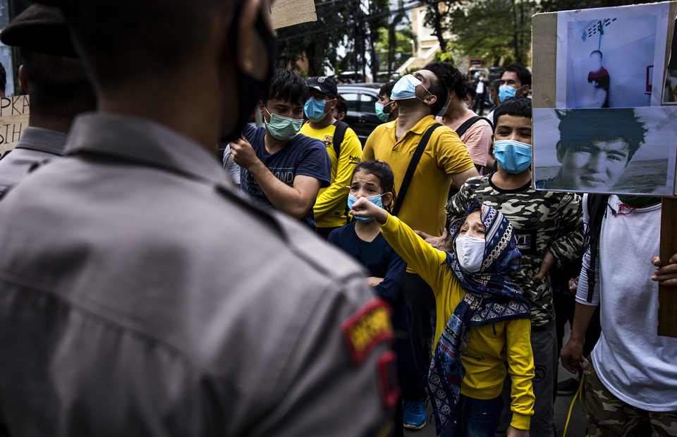 A child joins the protest in front of UNHCR office building in Kebon Sirih, Central Jakarta on Monday (13/07). (JG Photo/Yudha Baskoro)
