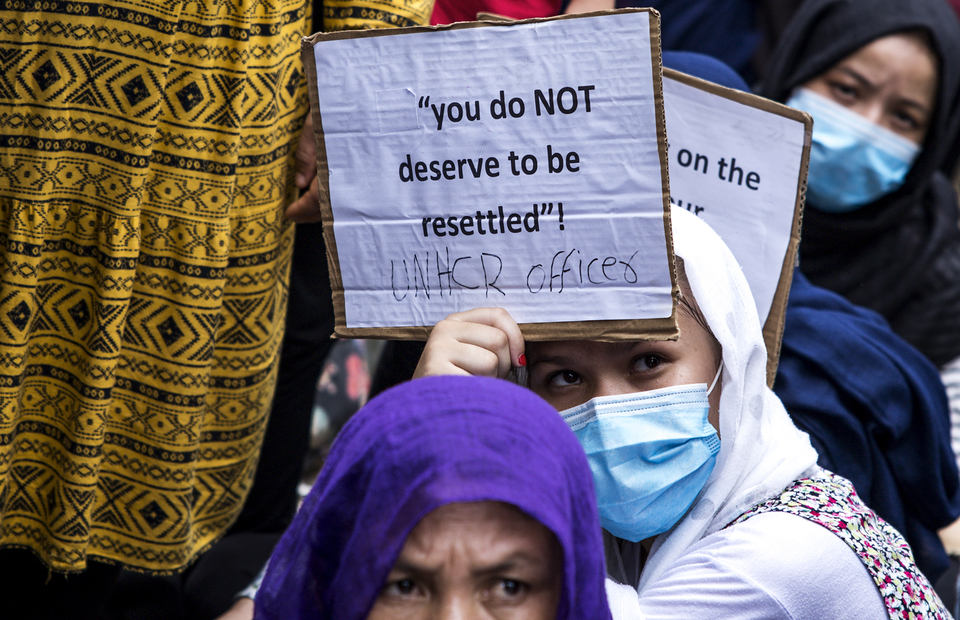 A woman carries a placard during protest in front of UNHCR office building in Kebon Sirih, Central Jakarta on Monday (13/07). (JG Photo/Yudha Baskoro)