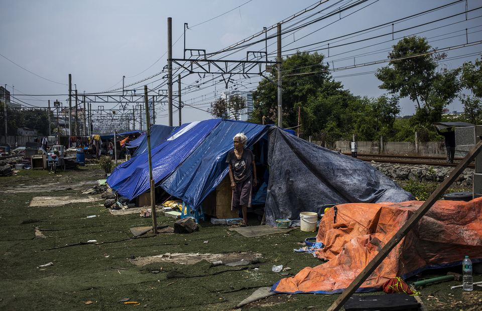 A woman stands outside her makeshift tent at Kampung Bandan, North Jakarta on Monday (20/07). (JG Photo/Yudha Baskoro)
