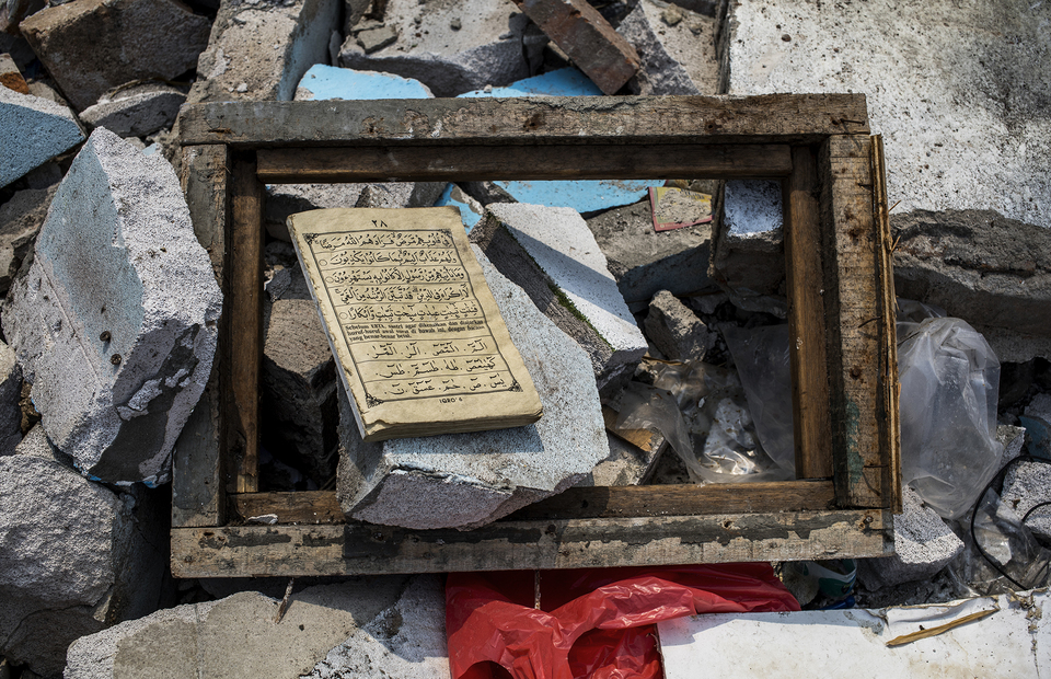 A Quran left in a evicted house at Kampung Bandan, North Jakarta on Monday (20/07). (JG Photo/Yudha Baskoro)