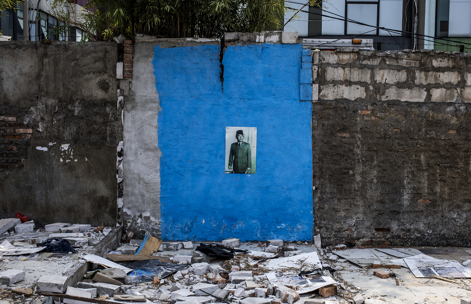 Poster of Indonesias first president, Soekarno is still attaching on a wall at Kampung Bandan, North Jakarta on Monday (20/07). (JG Photo/Yudha Baskoro)