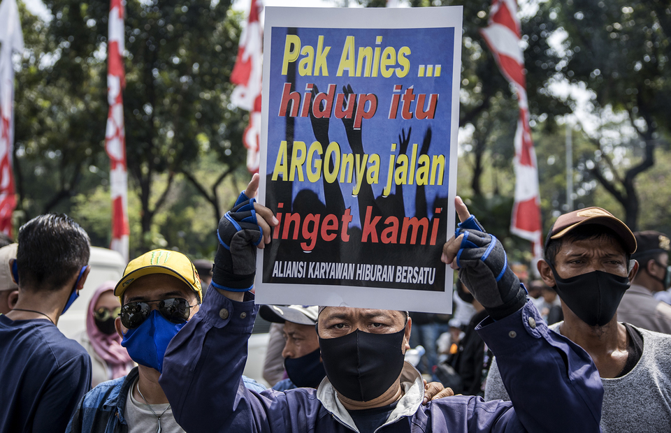 A protester brings poster during protest in front of Jakarta City Hall in Central Jakarta on Tuesday (21/07). (JG Photo/Yudha Baskoro)