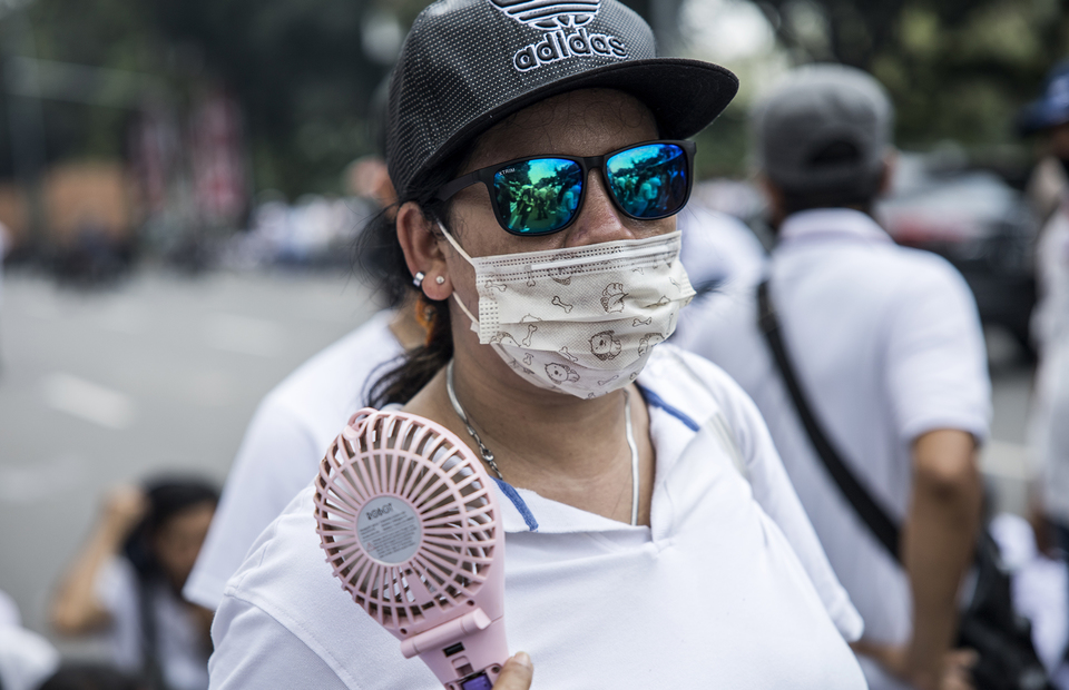 A protester wearing white outfit during protest in front of Jakarta City Hall in Central Jakarta on Tuesday (21/07). (JG Photo/Yudha Baskoro)