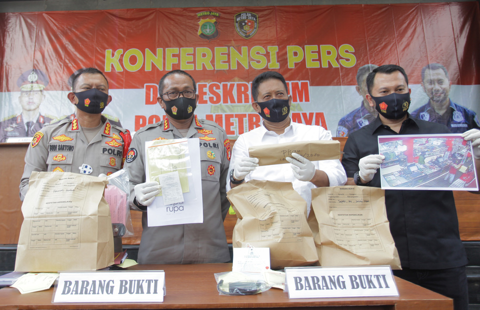 Jakarta Police Criminal Investigation Unit Director Chief Comr. Tubagus Ade Hidayat, second right, shows evidence in the investigation into the death of metro TV editor Yodi Prabowo during a press conference in Jakarta on July 25, 2020. Police concluded that Yodi has killed himself and ruled out a murder case. (Antara Photo/Reno Esnir)