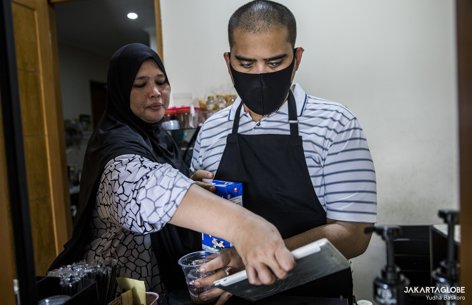 Hilmy and his mother at the kitchen at Mata Hati Koffie in South Tangerang, Banten on Friday (24/07). (JG Photo/Yudha Baskoro)