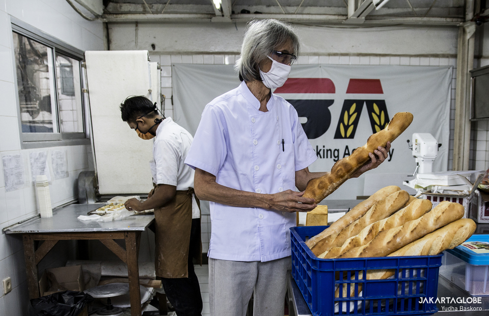 Heru checks the quality of the bread inside Maison Weiner bakery in Senen, Central Jakarta on Friday (24/07). (JG Photo/Yudha Baskoro)