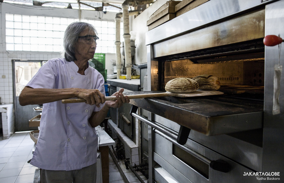 Heru puts sourdough bread to a giant oven inside Maison Weiner bakery in Senen, Central Jakarta on Friday (24/07). (JG Photo/Yudha Baskoro)