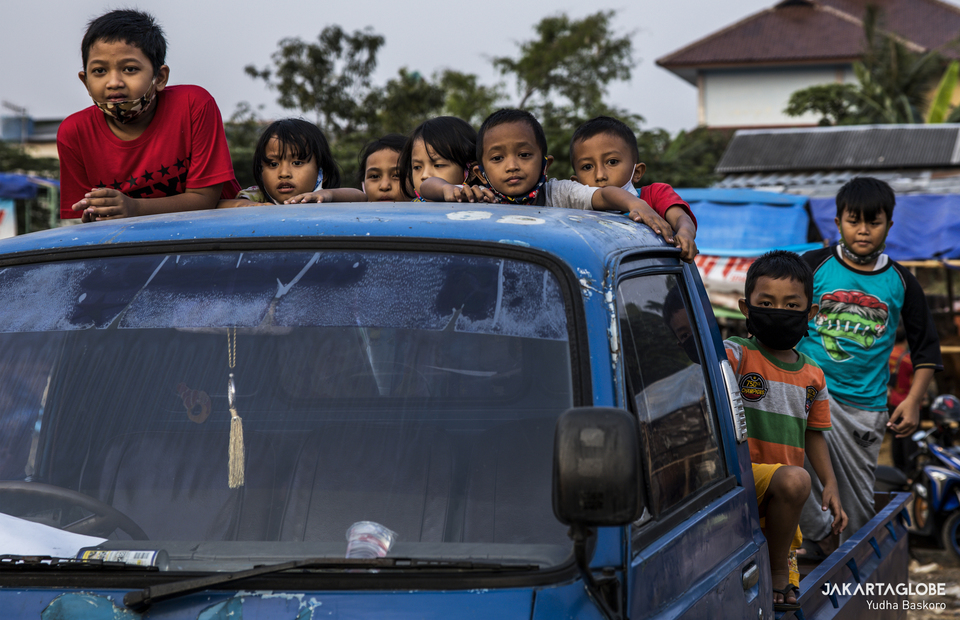 Children enjoying afternoon at a sacrificial animal trading point in Tebet Timur, South Jakarta on Wednesday (29/07). (JG Photo/Yudha Baskoro)