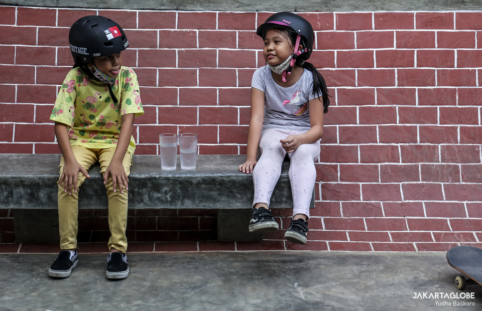 Two skater take a break during training at Duren Tiga, South Jakarta on Wednesday (05/08). (JG Photo/Yudha Baskoro)