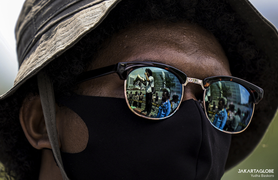 Papuan activist wearing sunglasses and health mask during a protest outside the United States Embassy in Central Jakarta on Saturday (15/08). (JG Photo/Yudha Baskoro)