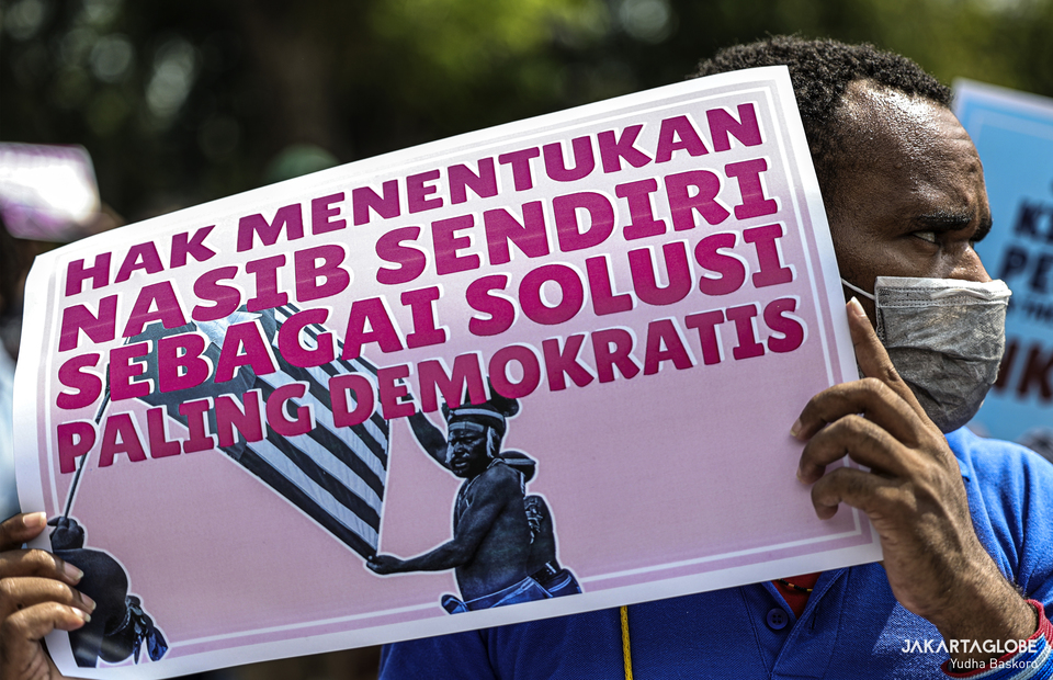 Papuan activist holds up a placard demanding full independence from Indonesia during a protest outside the United States Embassy in Central Jakarta on Saturday (15/08). (JG Photo/Yudha Baskoro)