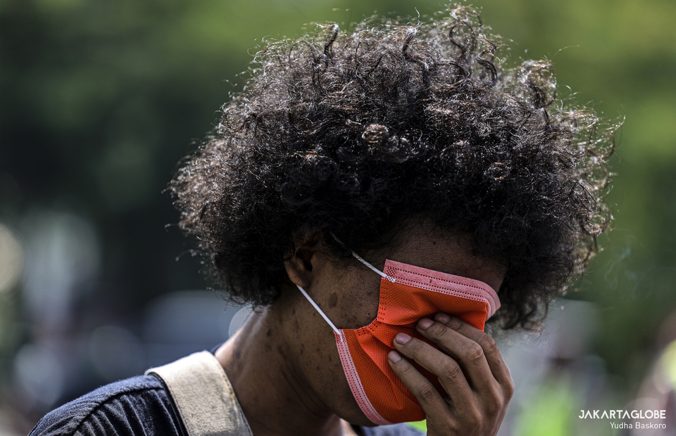 Papuan activist covers his face with mask during a protest outside the United States Embassy in Central Jakarta on Saturday (15/08). (JG Photo/Yudha Baskoro)