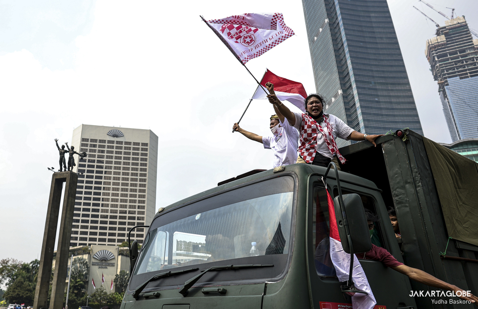 Jakarta residents wave Indonesian flag in Hotel Indonesia roundabout at Central Jakarta on Monday (17/08). (JG Photo/Yudha Baskoro)