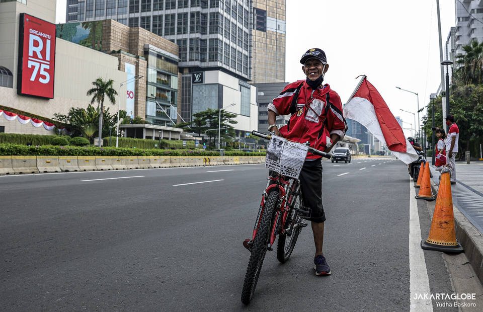 A cyclist commemorates indonesian declaration of indepedence in Hotel Indonesia roundabout at Central Jakarta on Monday (17/08). (JG Photo/Yudha Baskoro)