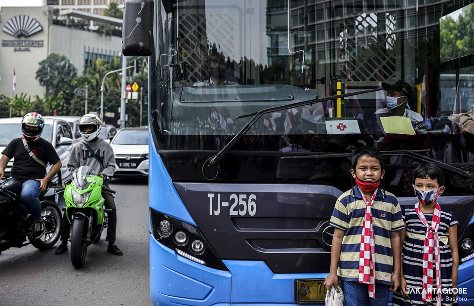 Children stand outside Trans Jakarta bus during moment of silence in Hotel Indonesia roundabout at Central Jakarta on Monday (17/08). (JG Photo/Yudha Baskoro)