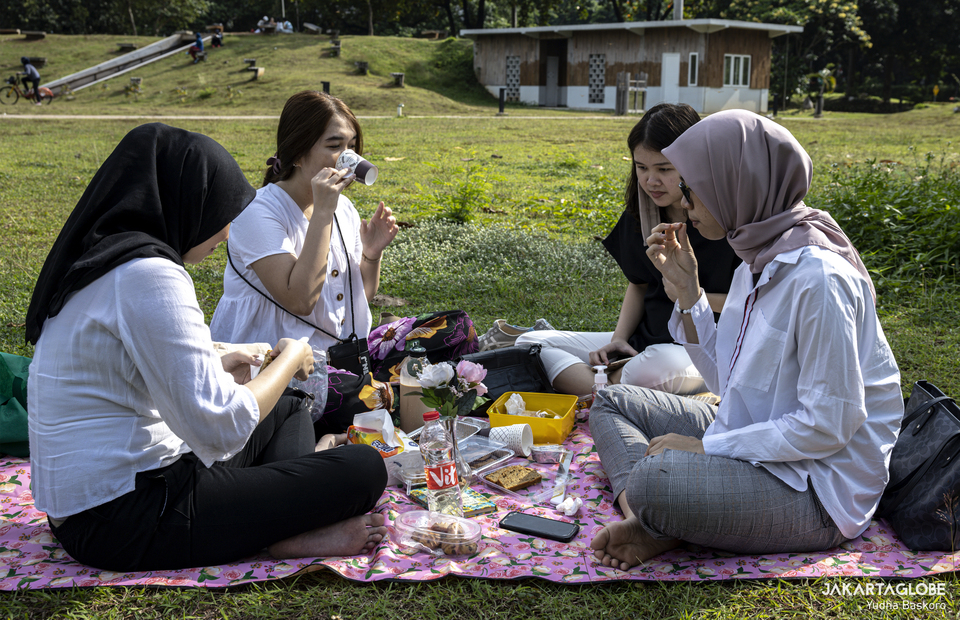 Four woman held a picnic at Hutan Kota GBK inside Gelora Bung Karno Sport Complex at Central Jakarta on Friday (21/08). (JG Photo/Yudha Baskoro)