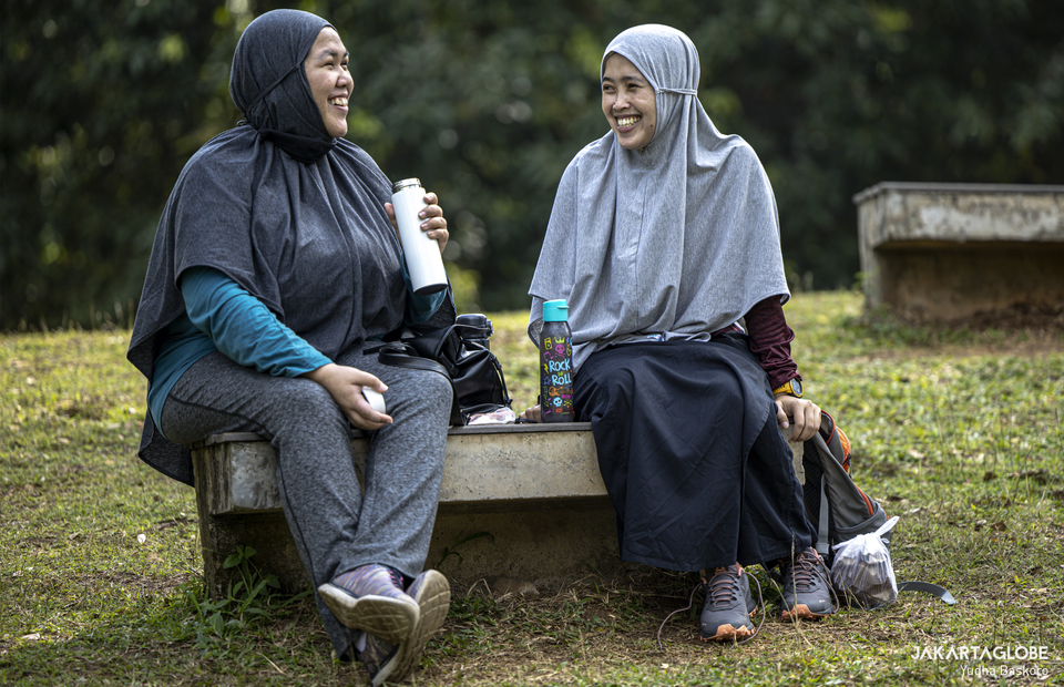 Two women talk at Hutan Kota GBK inside Gelora Bung Karno Sport Complex at Central Jakarta on Friday (21/08). (JG Photo/Yudha Baskoro)