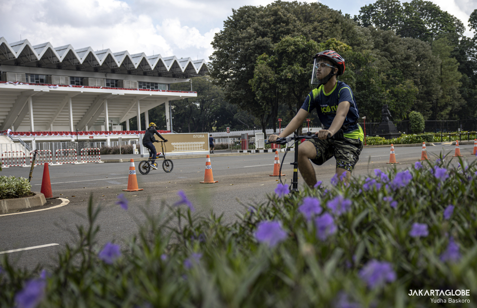 A man ride his bike in fronf of Istora Senayan inside Gelora Bung Karno Sport Complex at Central Jakarta on Friday (21/08). (JG Photo/Yudha Baskoro)