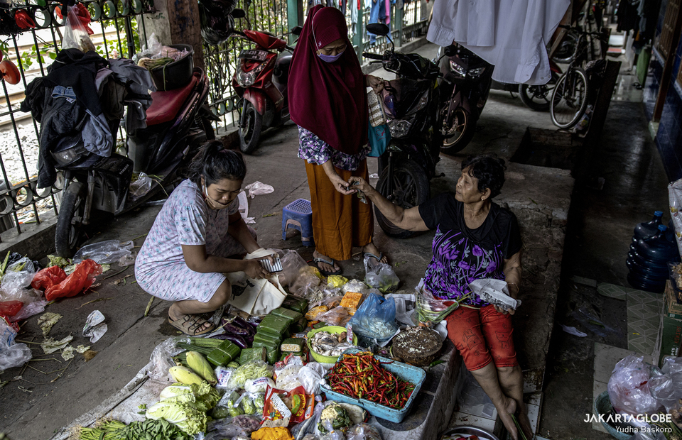 Some women buy groceries at small market inside at Kampung Grogol in Central Jakarta on Monday (24/08). (JG Photo/Yudha Baskoro)