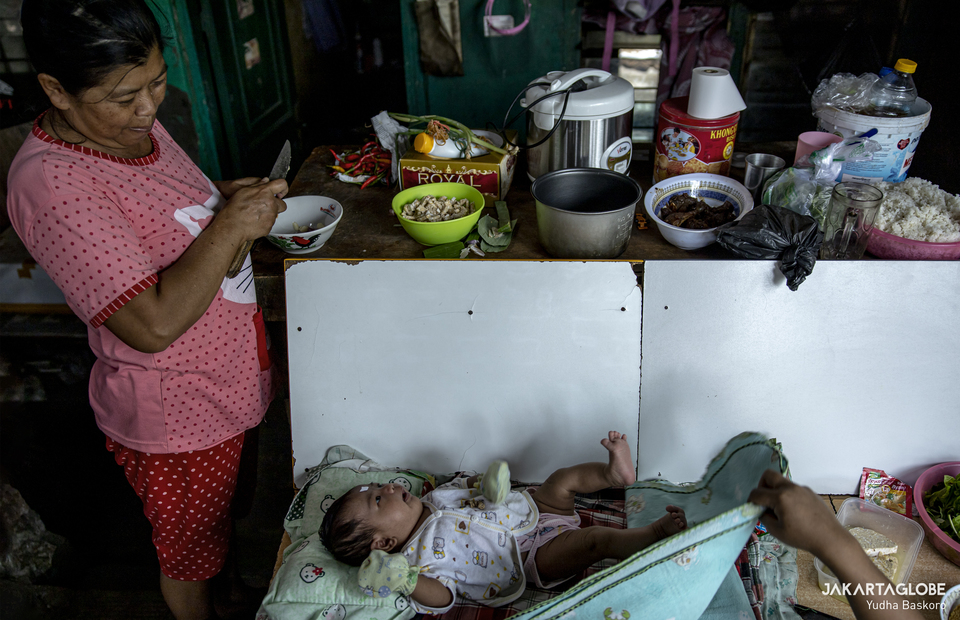 A woman watches her new born baby at Kampung Grogol in Central Jakarta on Monday (24/08). (JG Photo/Yudha Baskoro)