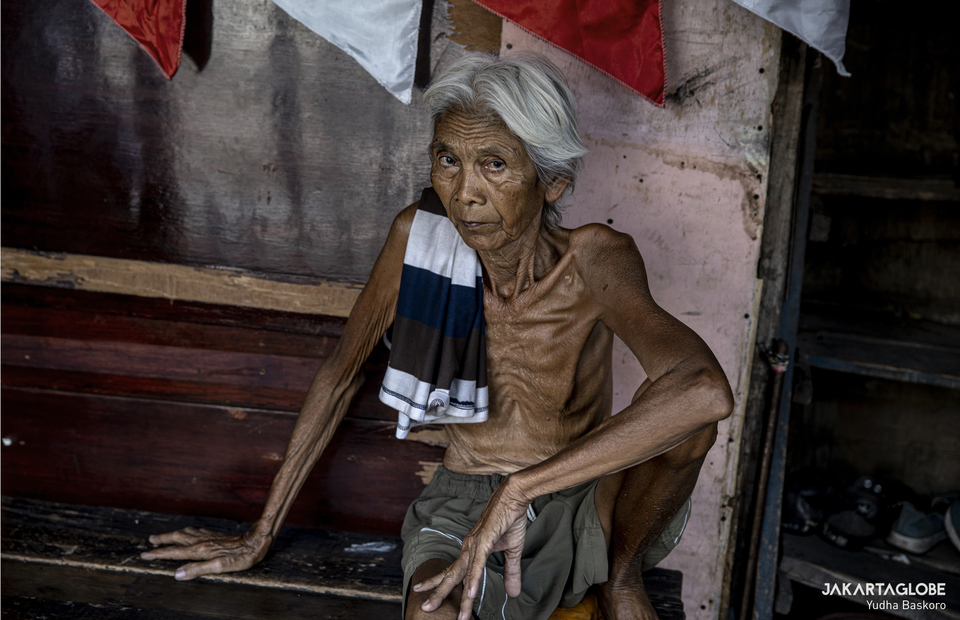 An old man sits in his home at Kampung Grogol in Central Jakarta on Monday (24/08). (JG Photo/Yudha Baskoro)